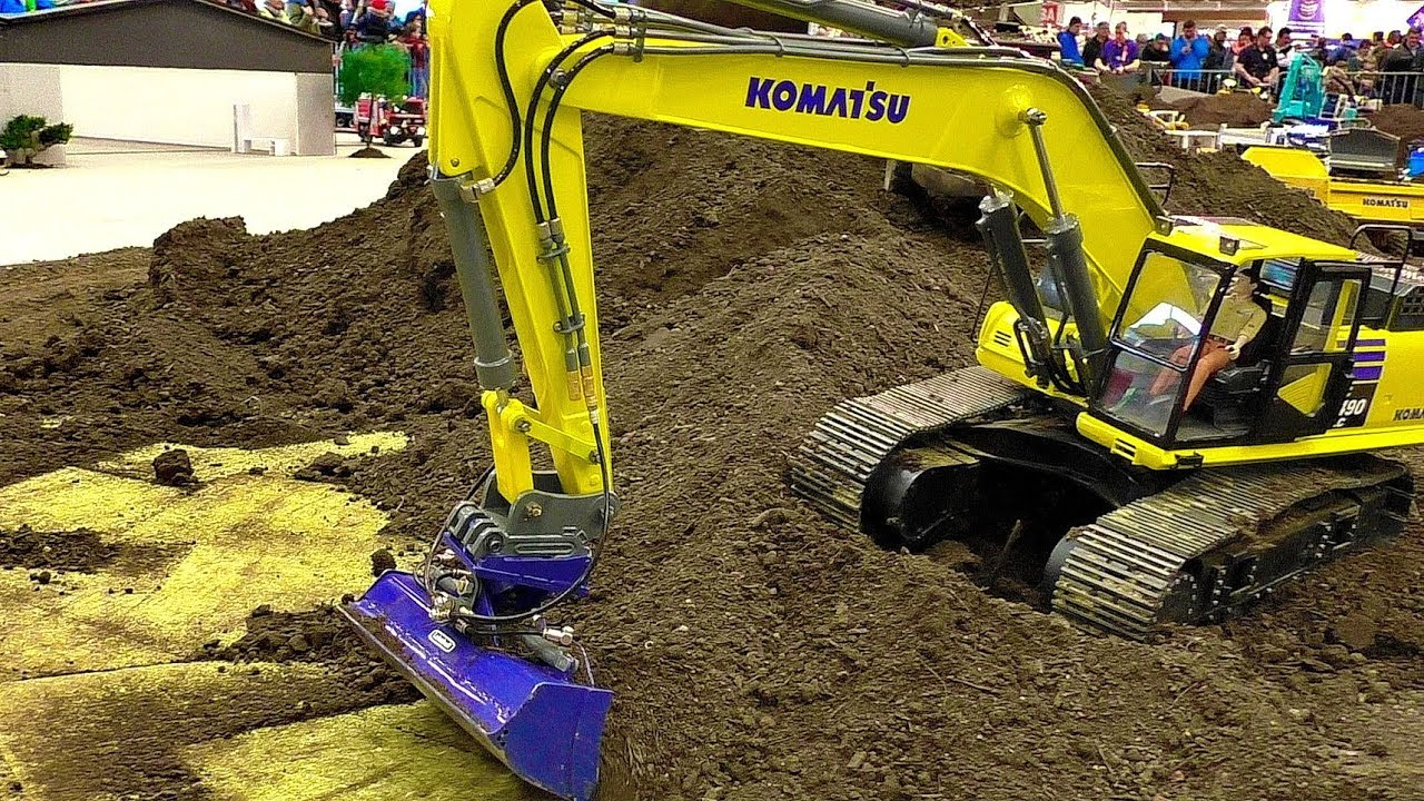 BIG RC KOMASTSU EXCAVATOR PC490LC AT THE HARD WORK ON THE RC CONSTRUCTION SITE