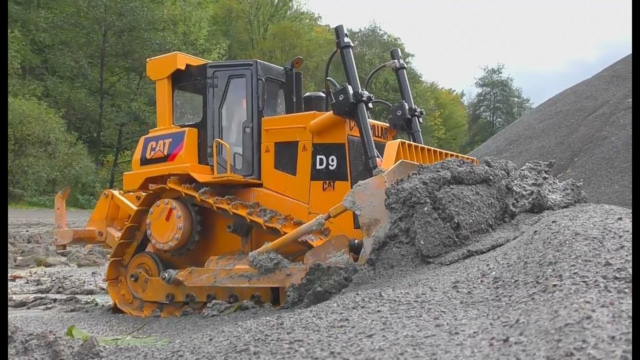 HEAVY RC MACHINES WORK IN THE MUD! BIG D9 CATERPILLAR DOZER! TRUCK CRASH ON THE CONSTRUCTION!