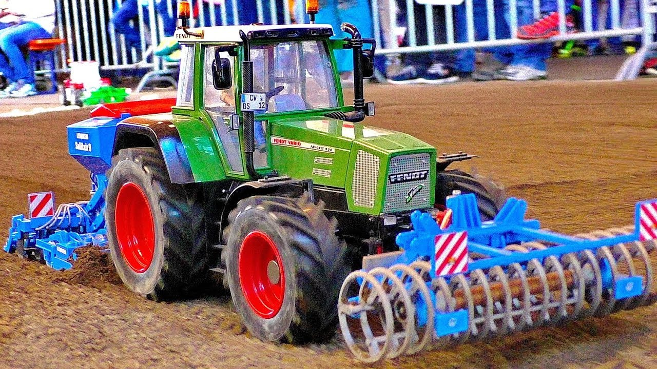 AMAZING FUNCTIONALITY RC MODEL TRACTOR FENDT AT WORK ON A FILELD