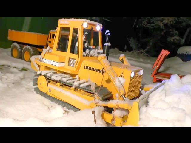HEAVY MACHINES |  RC DOZER AT THE SNOW |  KIROVETS AND MAN WORKING AT THE SNOW |RC TOYS