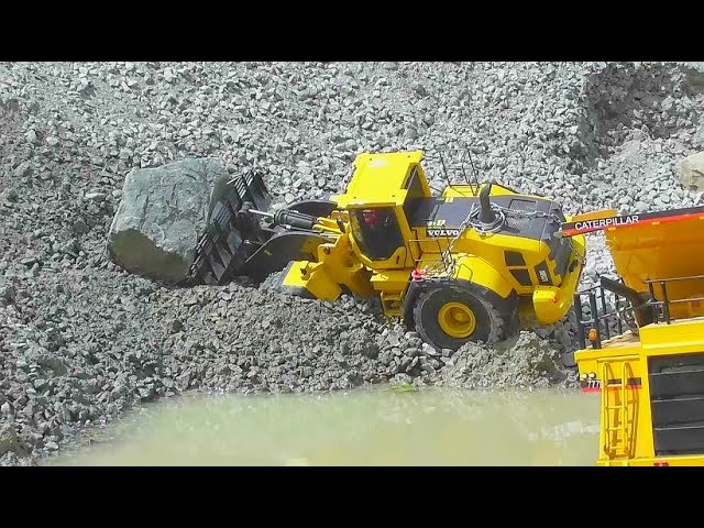RC EQUIPMENT  FAIL ON THE CONSTRUCTION! RC VOLVO LOADER AND THE MASSIV 25t STONE! RC LIVE ACTION