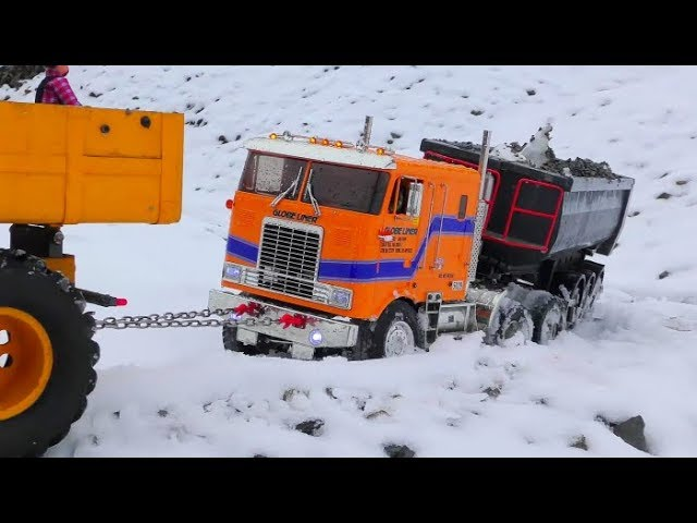 RC TIPPER AND TRAILER RESCUE! HEAVY SNOW AT THE CONSTRUCTION SITE! COOL RC VEHICLES IN ACTION