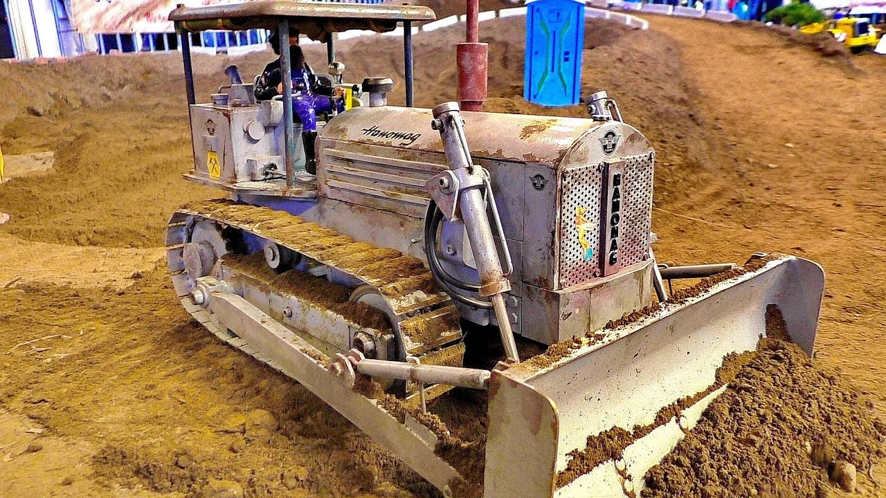 NICE OLD RC MODEL DOZER HANOMAG AT WORK ON THE RC CONSTRUCTION SITE