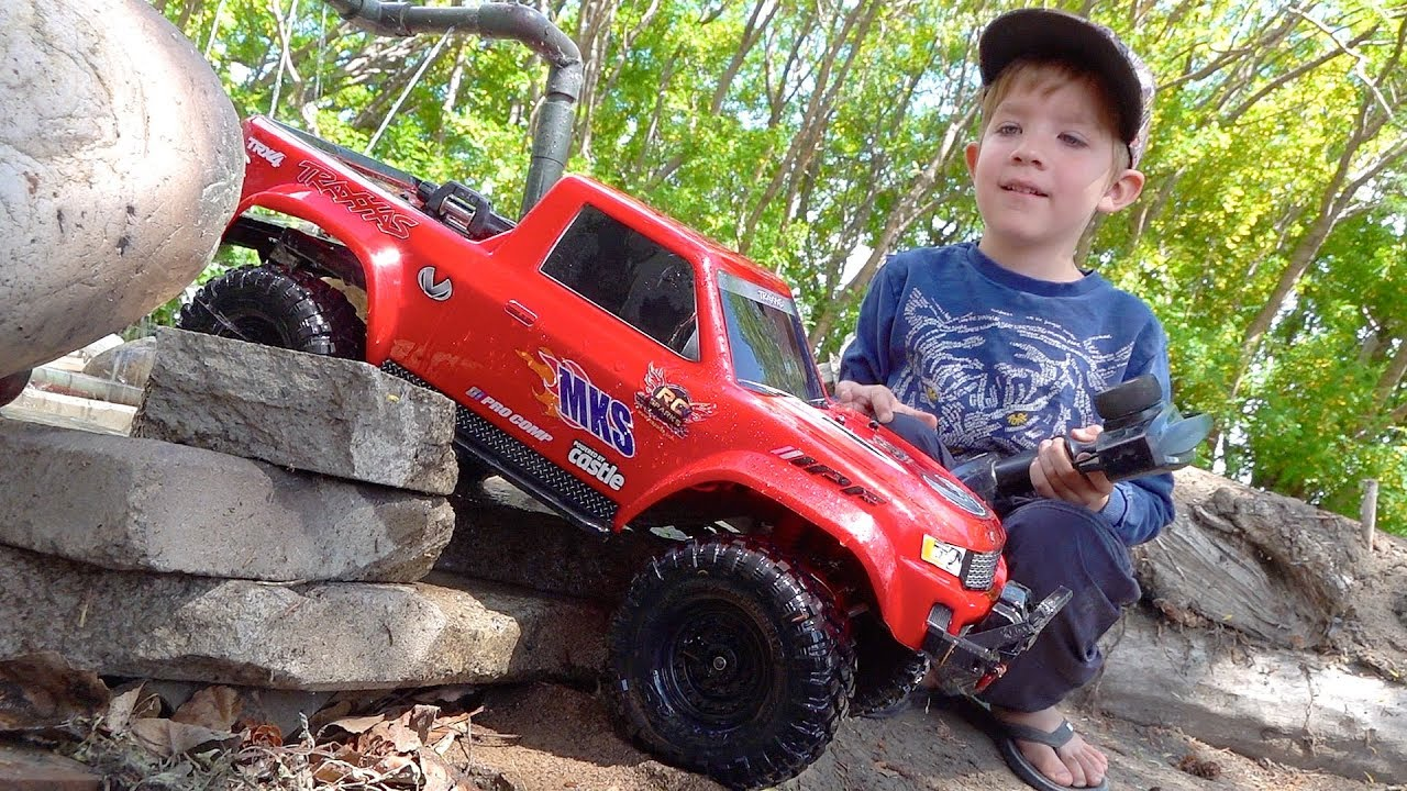 NEW DRiVER MOE & Dad Play w/ Red & Blue Trucks on the Backyard Trail Course! | RC ADVENTURES