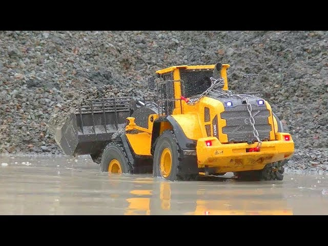 RC WORK IN RAIN AND MUD! BIGGEST RC CONSTRUCTION ZONE! FOUND A  OLD TANK UNDER MUD! SREONG RC TOYS