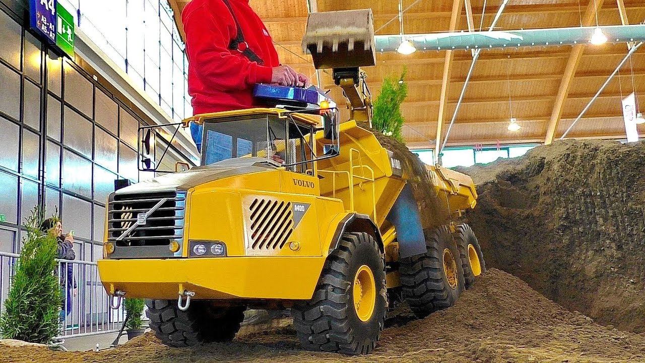 GIGANTIC POWERFUL RC DUMP TRUCK VOLVO A40D IN SCALE 1:8 AT HARD WORK ON THE RC CONSTRUCTION SITE