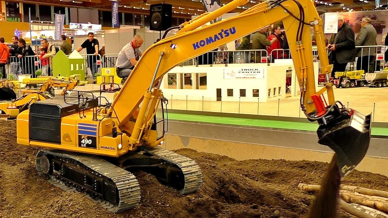 AMAZING DETAIL RC MODEL EXCAVATOR KOMATSU PC-490-LC AT WORK OF THE RC CONSTRUCTION SITE