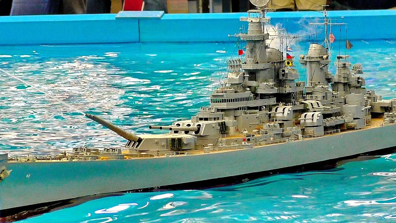 GIANT RC SCALE MODEL WARSHIP USS MISSOURI BB-63 MODELSHIP ON THE POOL PRESENTED