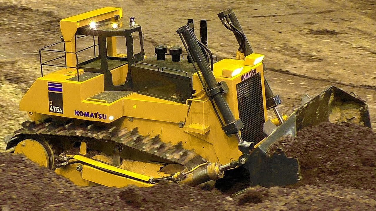 GIGANTIC XXXL RC MODEL DOZER KOMATSU D475A AT WORK IN SCALE 1/8 AMAZING RC MODEL MACHINE IN MOTION