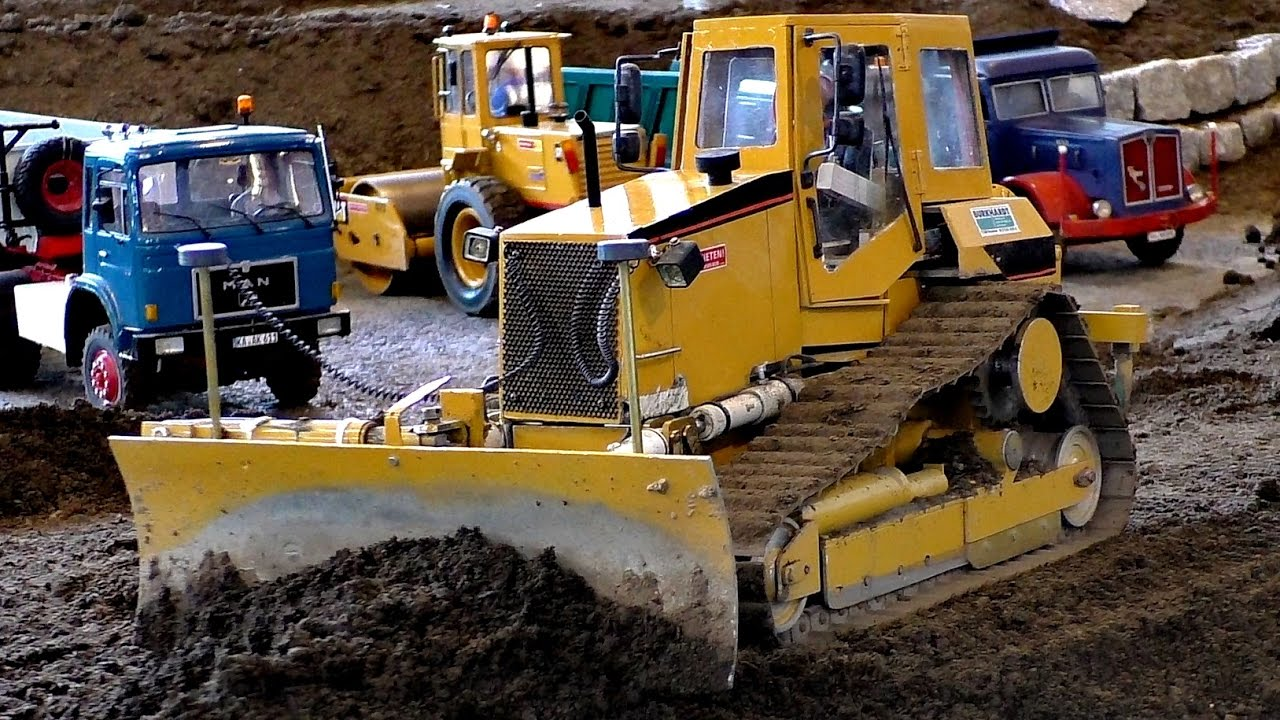 GIGANTIC RC MODEL DOZER AT WORK ON THE RC CONSTRUCTION SITE / Фасзинация Моделлбау 2016