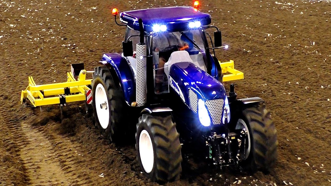 RC TRACTOR T7070 NEW HOLLAND SCALE 1:8 MODEL WORKING ON A FIELD / Faszination Modellbau 2016