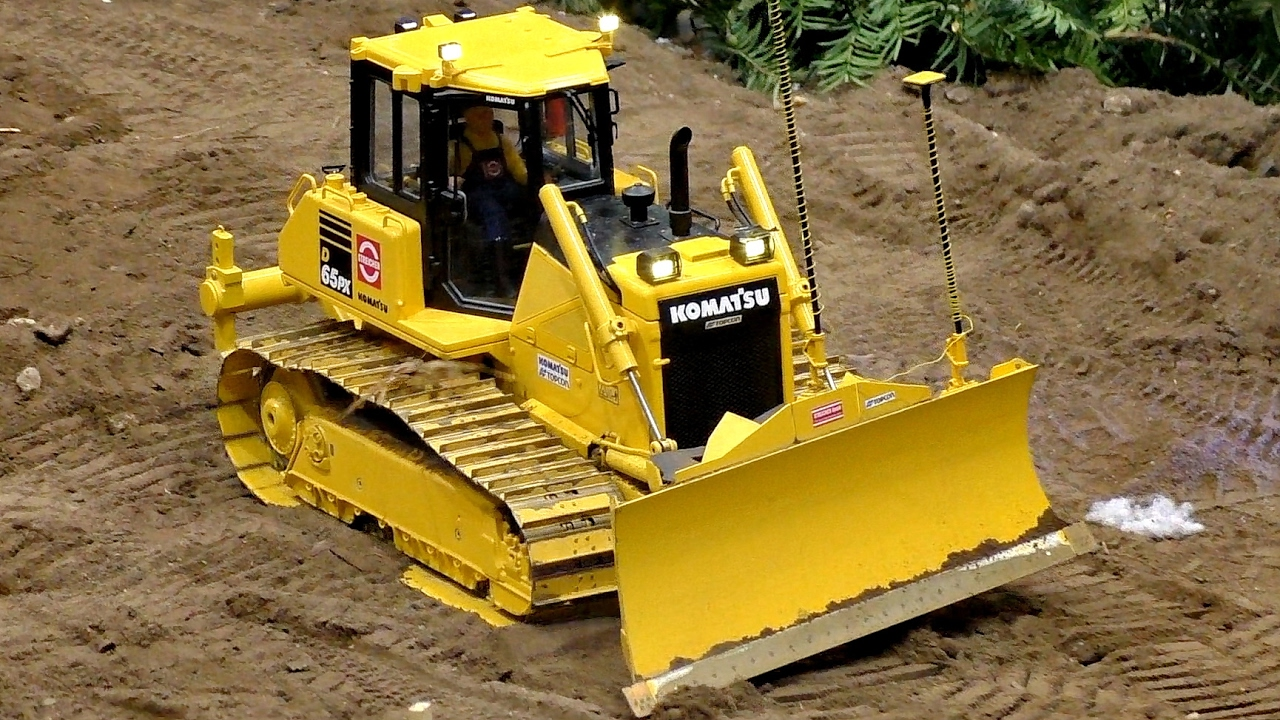 RC DOZER KOMATSU D-65PX SCALE 1:16 MODEL AT WORK / Modell-Hobby-Spiel Leipzig 2016