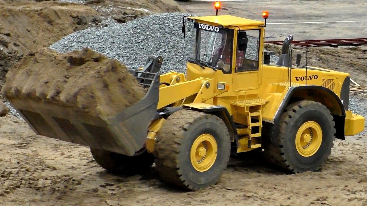 RC DOZER WHEEL LOADER VOLVO L-220E SCALE 1:8 MODEL AT WORK / Fair Leipzig 2016