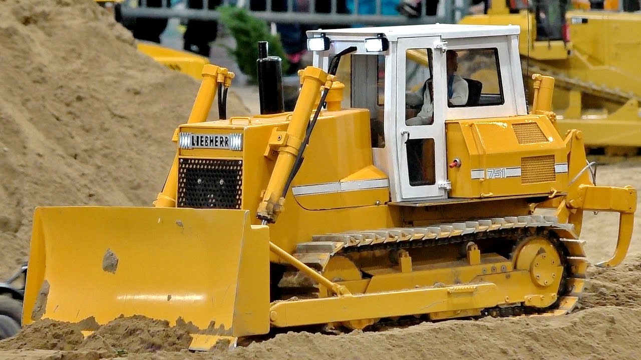 RC DOZER LIEBHERR 751 SCAL 1:8 MODEL AT WORK / Modell-Hobby-Spiel Leipzig 2016