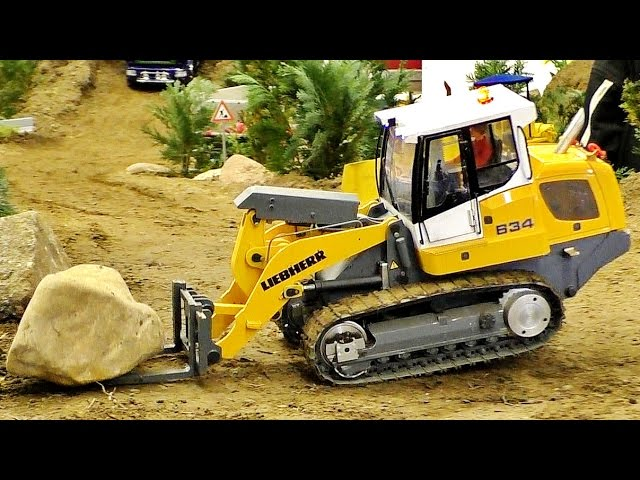 RC SCALE MODEL LOADER LIEBHERR LR 634 IN FIGHT WITH A STONE / Intermodellbau Dortmund 2016