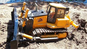 RC AVENTURI – 1/14 Scale Bulldozer – Backfilling a Pond