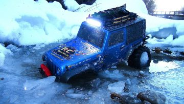 RC 冒险 –  STUCK iN THE iCE – BLUE BEAST JEEP 4X4 Radio Control Truck on the Winter Trail