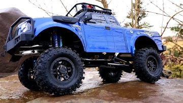 RC AVENTURI – FORD GMade Komodo 4×4 Truck w/100mm KiNG Shocks – Rock Trailing on Slippery Rocks