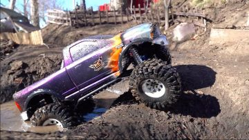 DODGE 1500 4×4 w/ HUGE TiRES PLAYS in the NEW MUD PiTS in the BACKYARD TRAiL PARK | RC 冒险