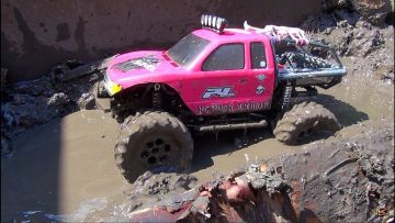 RC 冒险 – Muddy Momma helps make a MUD PiT! Will 4X4 PiNKY GET STUCK?!