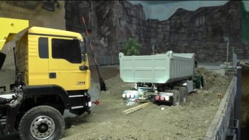 RC CONSTRUCTION SITE, OH NO THIS GREEN TRUCK STUCK IN THE ERTH