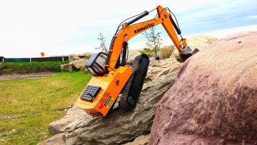 RC ADVENTURES – Rock Crawling a 1/12 Scale Earth Digger 4200XL Excavator