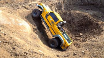 FUNNY OFF ROAD DUALLY TRUCK DRIVES OFF A CLIFF & GETS STUCK in PIT! RC MODEL | RC AVENTURI