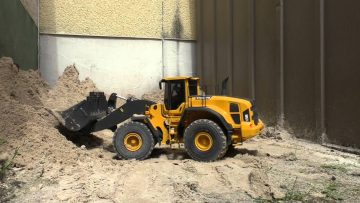 RC WHEEL LOADER AT WORK , RC RADLADER VOLVO L250G BEI DER ARBEIEIT