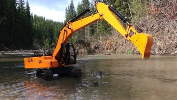 RC AVENTURI – Piling Rocks in a River with a 4200xl Hydraulic Excavator 1/12 Scară