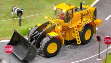 MINIATURE MICRO RC EXCAVATOR WITH FULL FUNCTIONALITY IN SCALE 1:87 IN MOTION ON A DIORAMA